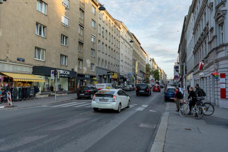Reinprechtsdorfer Straße, 1050 Wien, Autos, Radfahrer, Ampel
