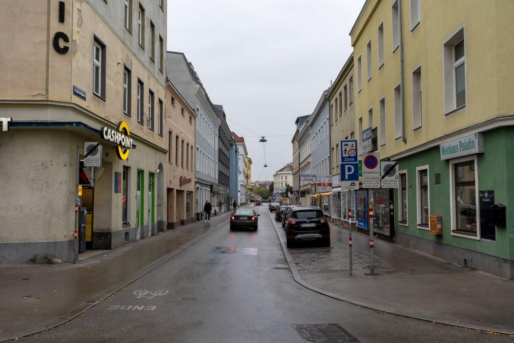 Begegnungszone im 12. Bezirk, Reschgasse, Autos, Asphalt, Regenwetter, Wien