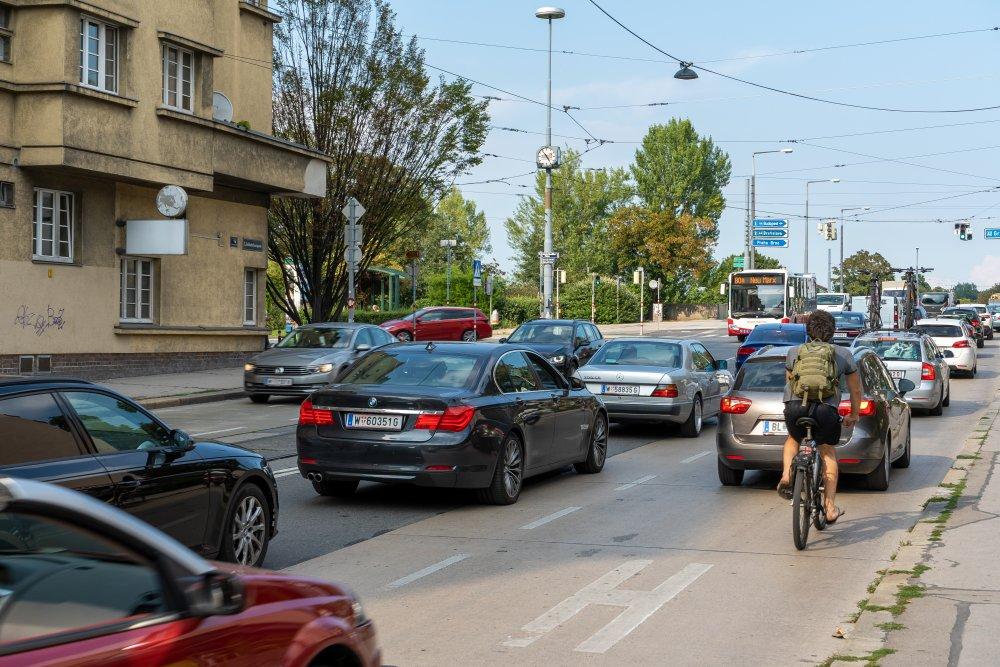 Schlachthausgasse: viel Asphalt, fast keine Bäume, kein baulich getrennter Radweg (3. Bezirk, Foto: 2020)