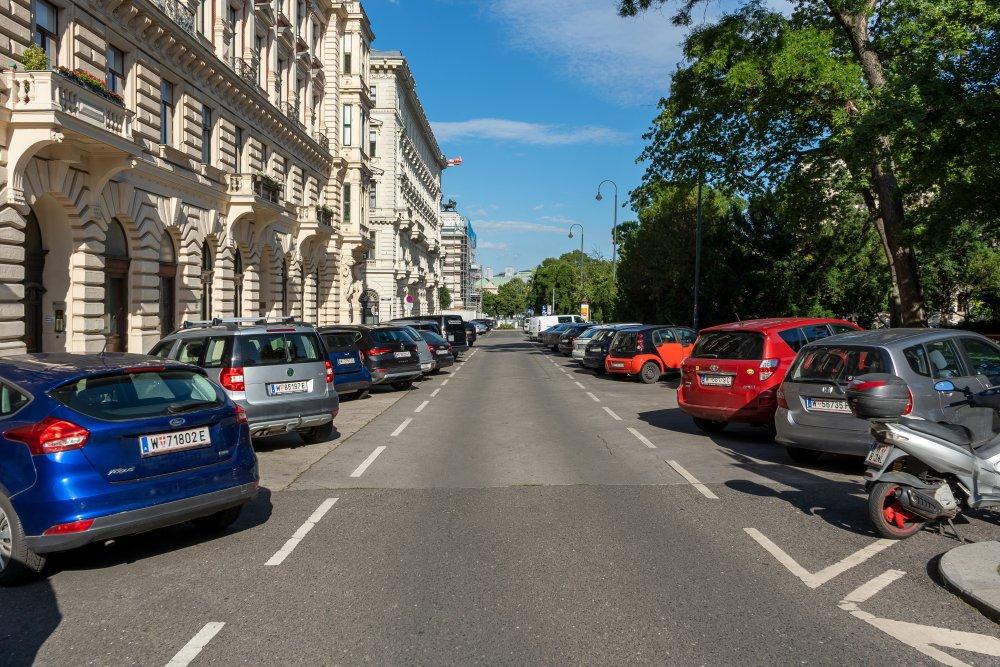 Schmerlingplatz, 1010 Wien, Autos, Bäume, historische Gebäude