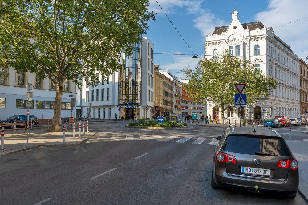 Sparkassaplatz: riesiger Kreisverkehr statt Platz für alle (15. Bezirk, Foto: 2020)