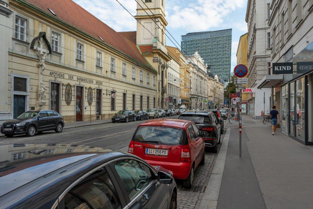 Taborstraße im 2. Bezirk, Wien, Apotheke der Barmherzigen Brüder, Kirche, Hochhaus, Sofitel, Autos, Schienen, Passant, Einkaufsstraße
