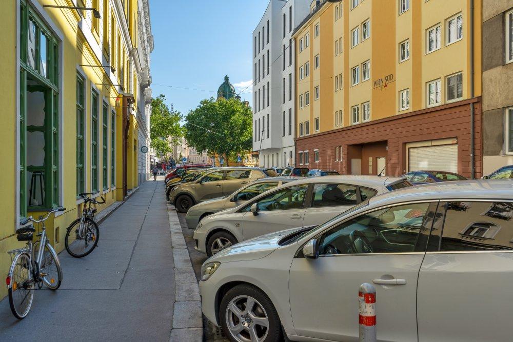parkende Autos in der Ullmannstraße, beim Sparkassaplatz, Rudolfsheim-Fünfhaus
