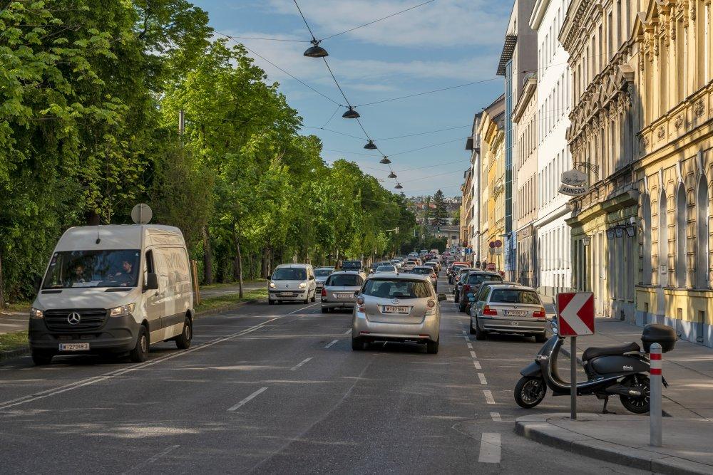 Die breite Winckelmannstraße trennt den Auer-Welsbach-Park vom übrigen 15. Bezirk. (Foto: 2020)