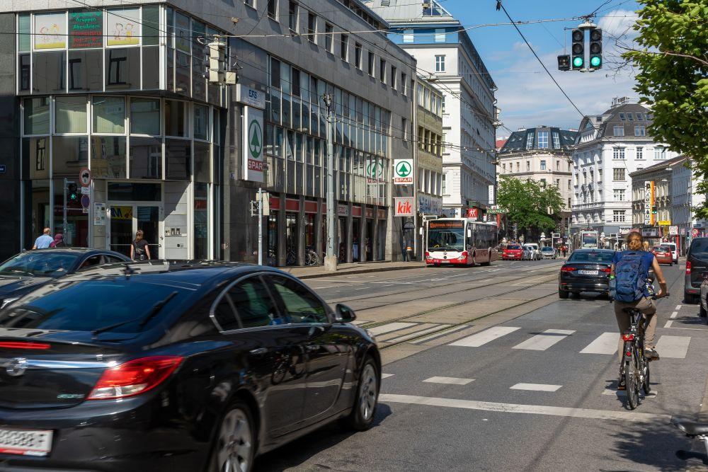 Äußere Mariahilfer Straße: Radweg zwischen fahrenden und parkenden Autos (15. Bezirk, Foto: 2020)