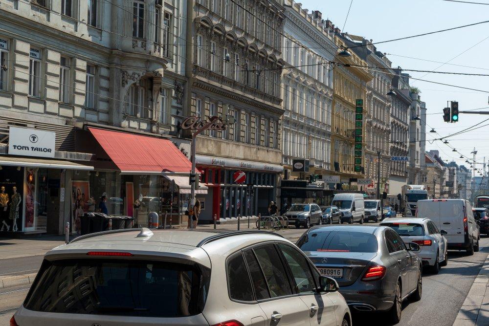 Verkehr in der Alser Straße, Autos, Gründerzeithäuser, Alsergrund, Josefstadt, Wien