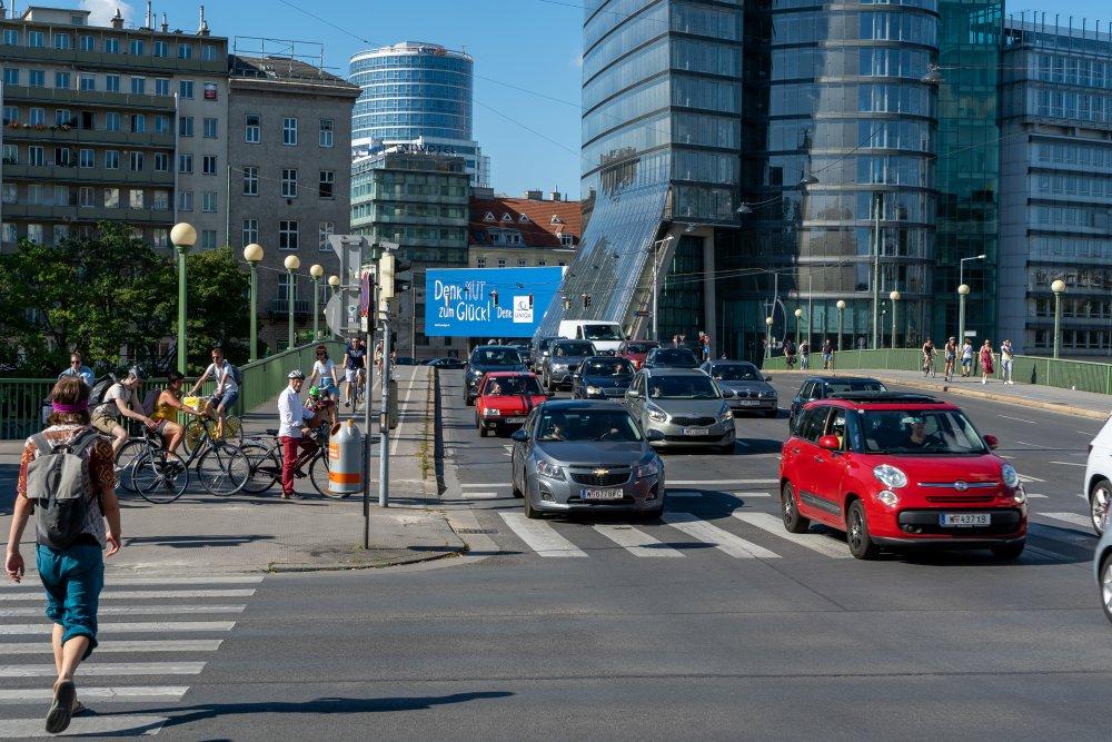 Aspernbrücke: sechsspurige Straße neben dem historischen Zentrums Wiens (Foto: 2020)