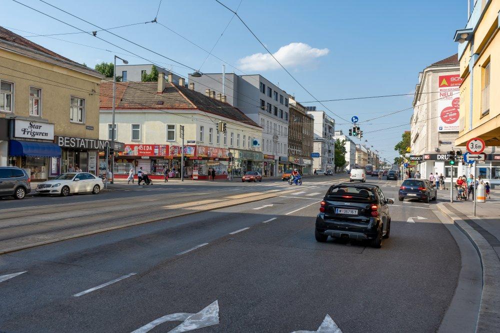 Brünner Straße: breite Fahrbahn, wenig Begrünung, viel Lärm (21. Bezirk, Foto: 2020)