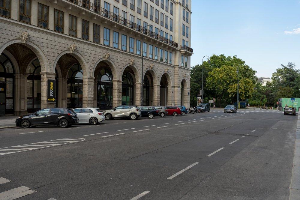 Felderstraße neben dem Wiener Rathaus, Asphalt, Rathauspark, Autos