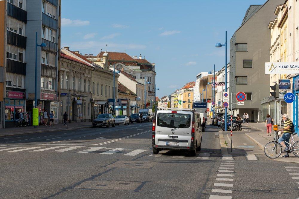 Floridsdorfer Hauptstraße in Richtung Bezirksamt, Am Spitz