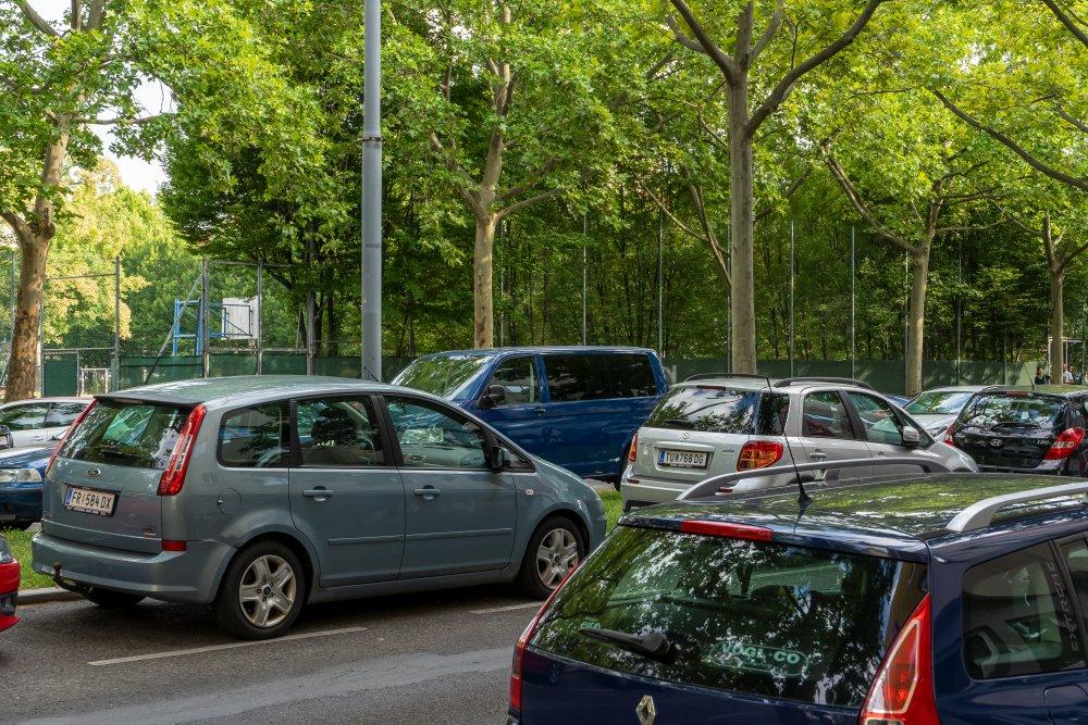 parkende Autos in der Freytaggasse, Floridsdorf, Wien