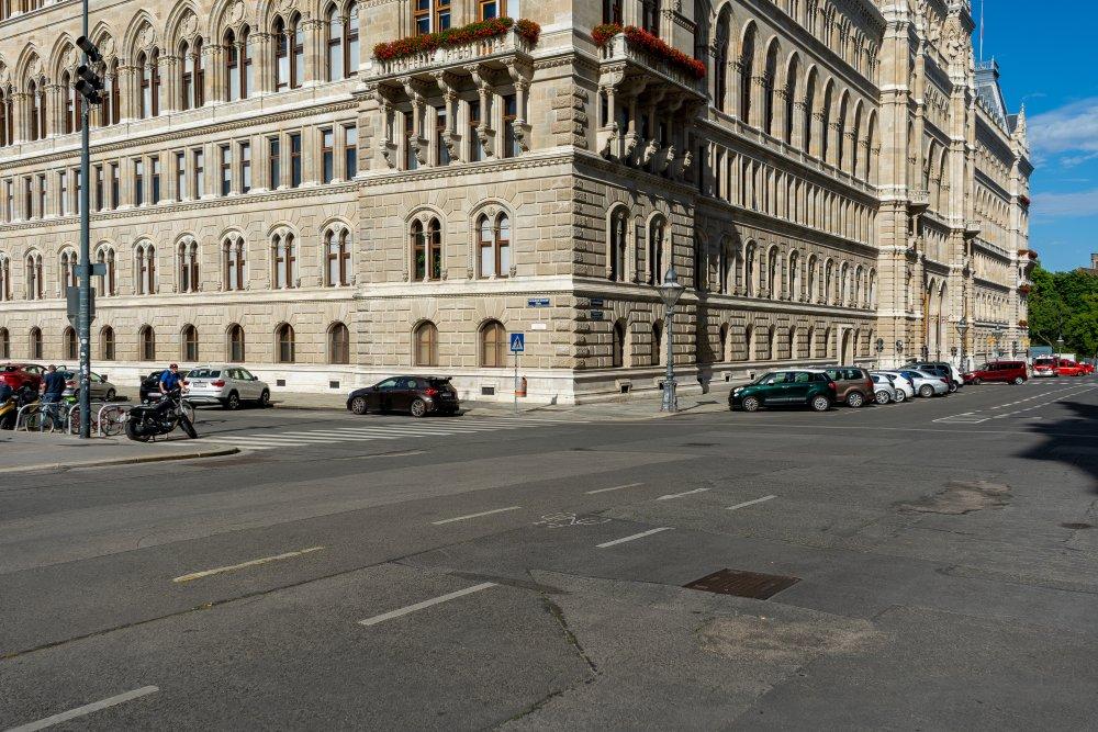 Friedrich-Schmidt-Platz: viel Asphalt hinter dem Rathaus (Foto: 2020)