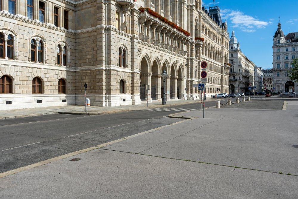 Rathaus in Wien, Rückseite, Friedrich-Schmidt-Platz, Asphalt, Straße, neugotisches Bauwerk