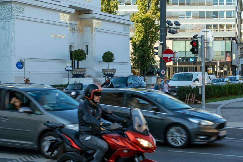 Autos und Secessionsgebäude in Wien, Karlsplatz, Getreidemarkt, Naschmarkt