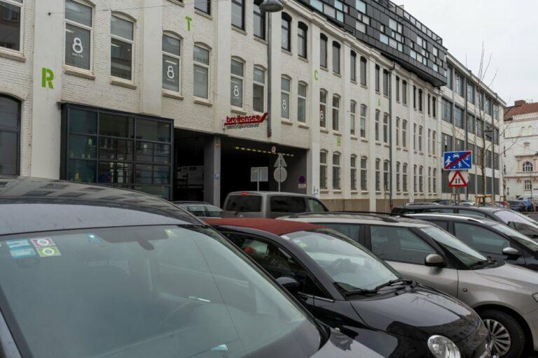 Autos in der Goldschlagstraße in Wien-Penzing, Wohnstraße