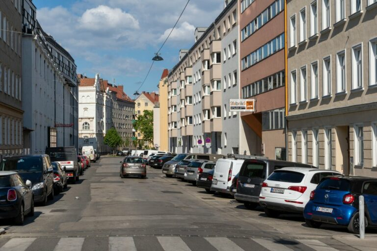 PKW in der Goldschlagstraße, Penzing, Wien
