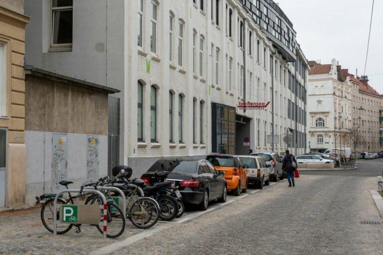 Goldschlagstraße, Autos, Fahrräder, Fußgänger