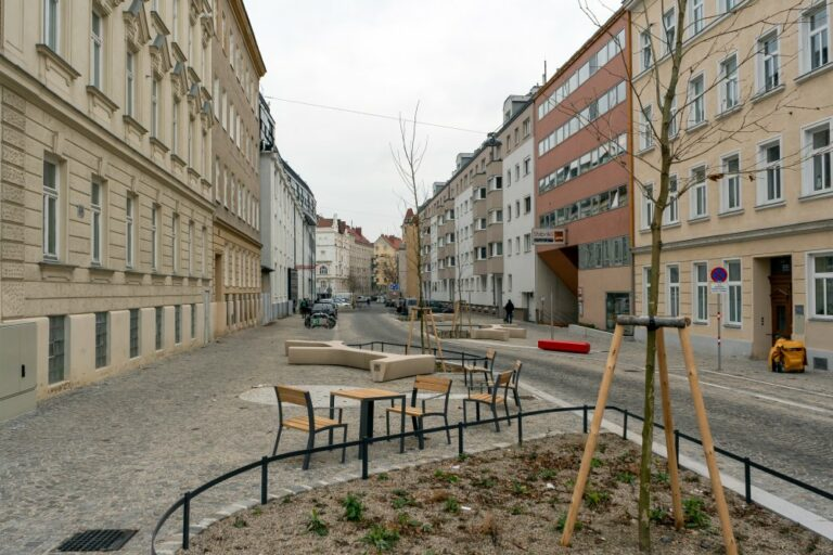Goldschlagstraße, Pflasterung, Bäume, Sitzmöbel, 1140 Wien