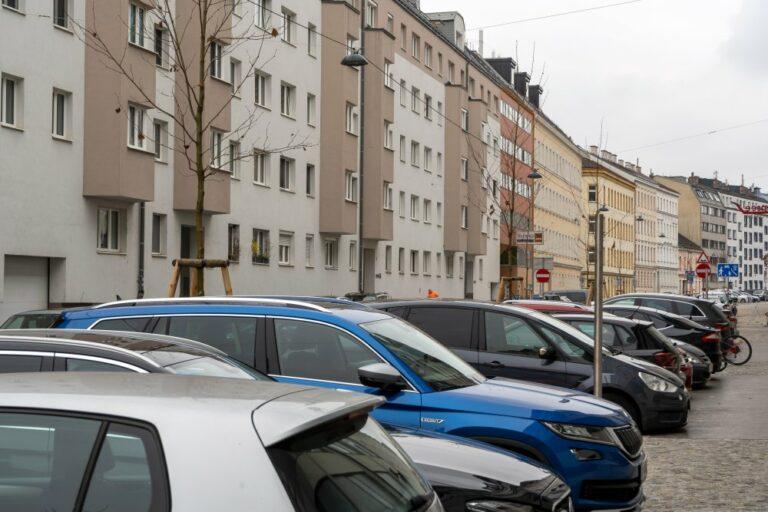 Parkende Autos in der Goldschlagstraße, 1140 Wien
