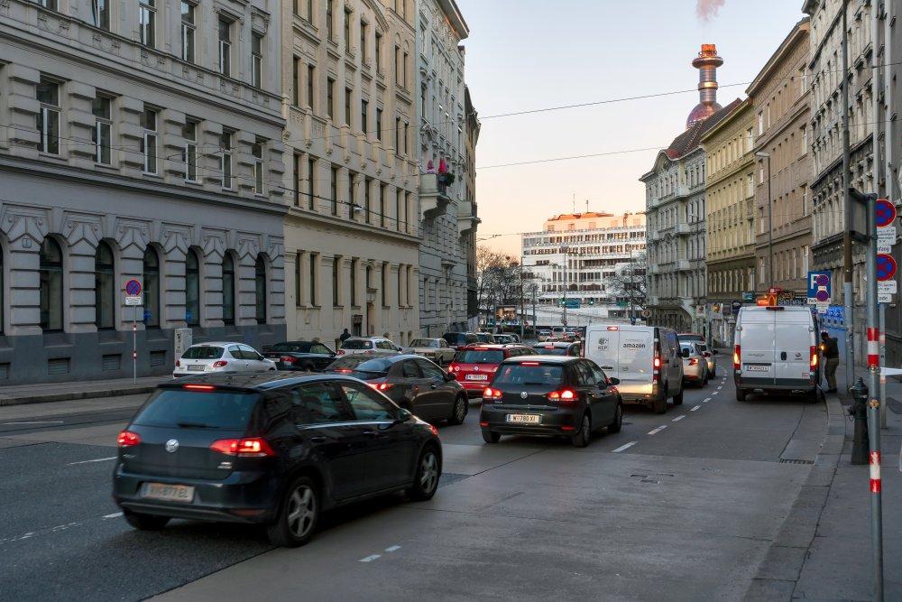 Autoverkehr in der Heiligenstädter Straße, Alsergrund, Müllverbrennungsanlage, Gründerzeithäuser, Wien