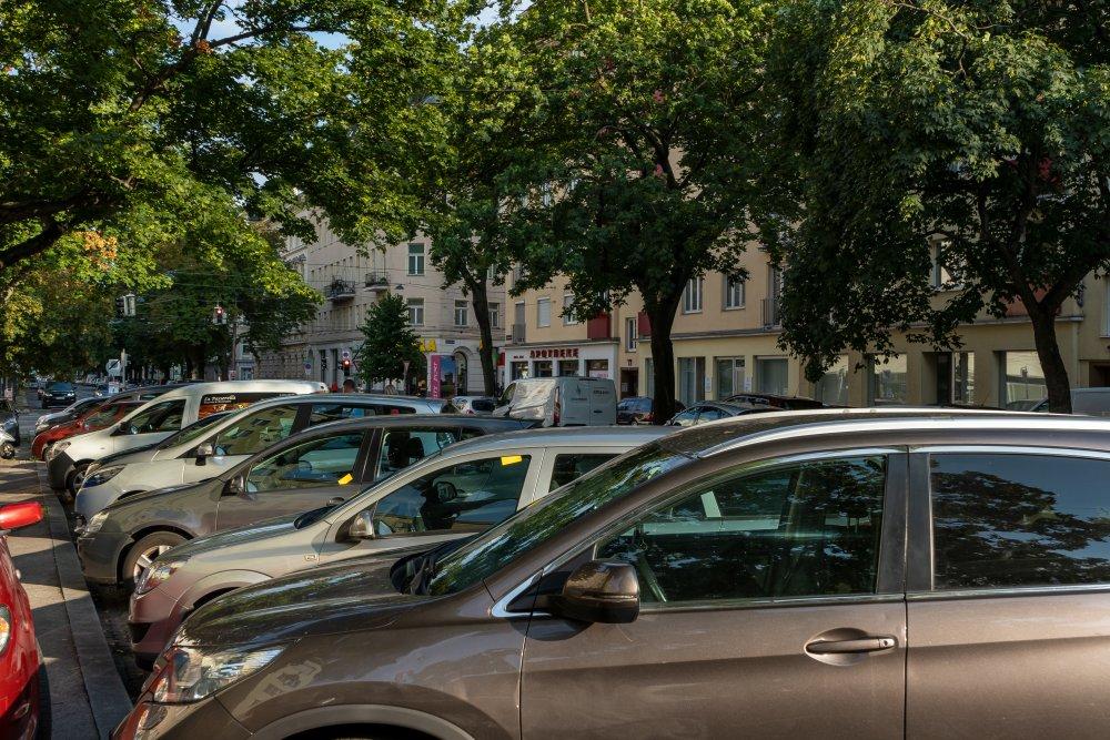 parkende Autos in der Heinestraße in Wien-Leopoldstadt, Bäume