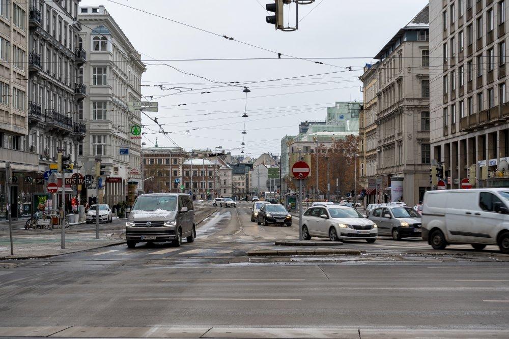 Kärntner Straße zwischen Opernring und Karlplatz, Autos, Asphalt, Winter, TU Wien
