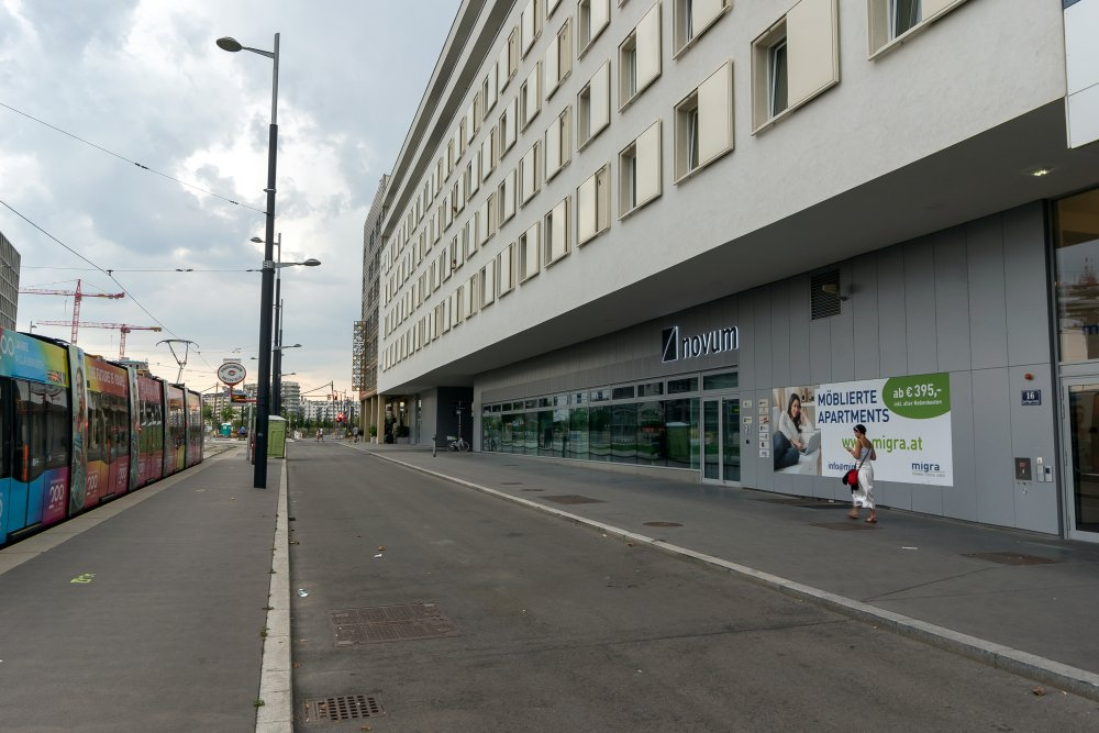 Asphaltfläche vor dem Haus Karl-Popper-Straße 16 in Wien-Favoriten, zwischen Hauptbahnhof und Sonnwendviertel