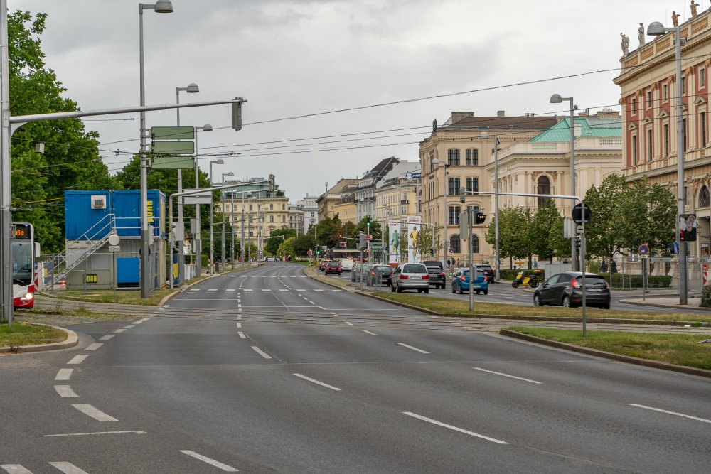Der Karlsplatz wird von extrem breiten Straßen durchschnitten. (Foto: 2020)