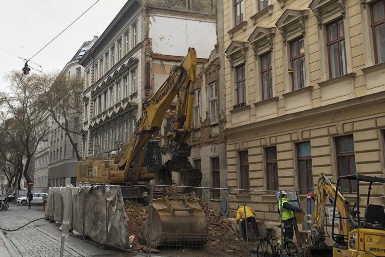 Gründerzeithaus in einer Schutzzone (Ensembleschutz) wird abgerissen, Bagger, Arbeiter, Bauzaun, Schutt, Historismus, Wien 1030