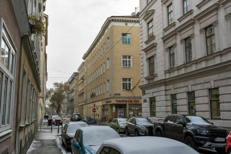 Krieglergasse im Weißgerberviertel im 3. Bezirk, Wien, Autos, Gründerzeithäuser, Schnee