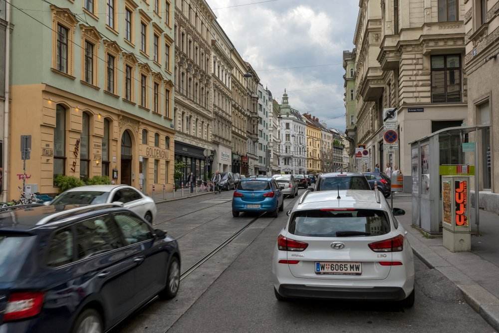 Lerchenfelder Straße: viel Verkehr, viel Asphalt, wenige Bäume (7./8. Bezirk, Foto: 2020)