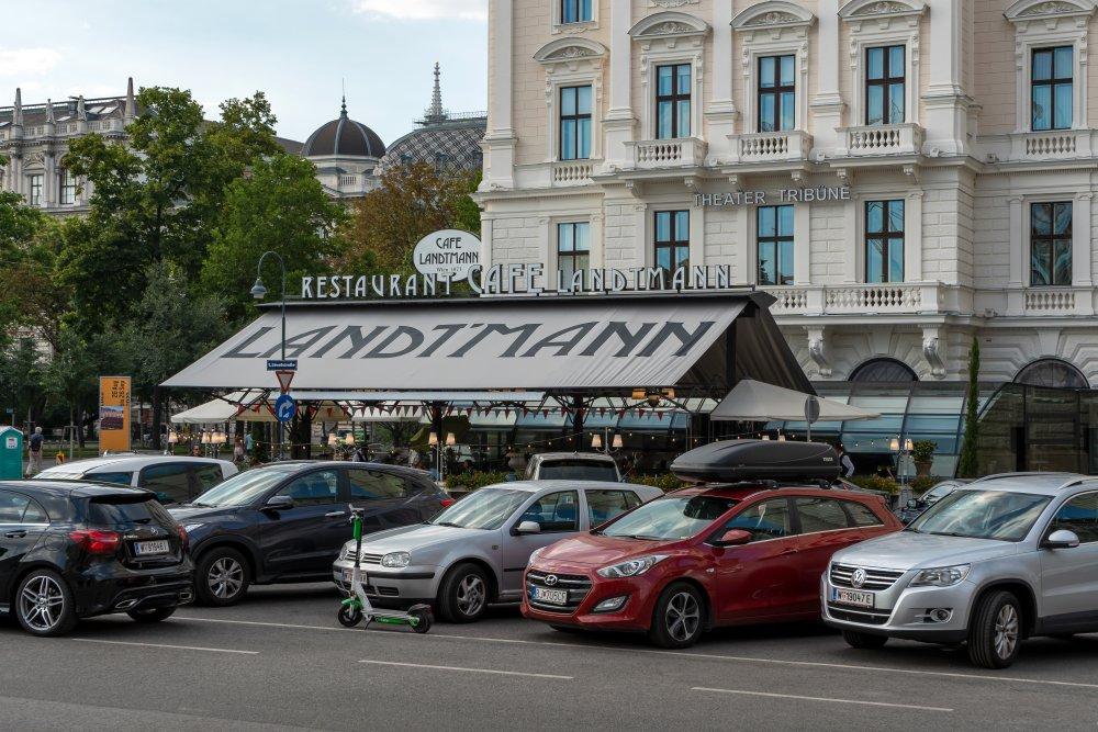 Café Landtmann in Wien, parkende Autos, Ringstraße, Kaffeehaus