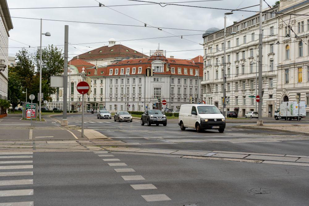 Lothringerstraße Akademietheater, Konzerthaus, Autos, historische Gebäude, Oberleitungen, Wien