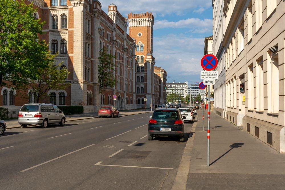 Maria-Theresien-Straße: prachtvolle Häuser, viel Asphalt (9. Bezirk, Foto: 2020)