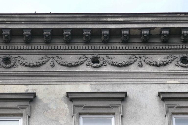 Gesims des Hauses am Mariahilfer Gürtel 33, Rudolfsheim-Fünfhaus, Wien
