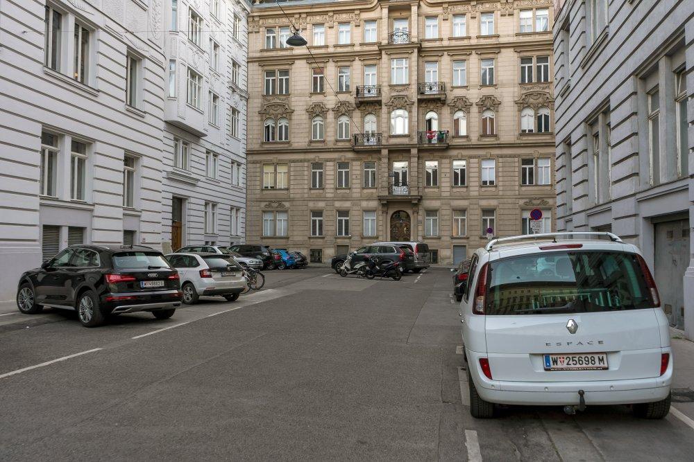 Platz in Wien-Wieden, Autos, Asphalt, historische Gebäude, Wien