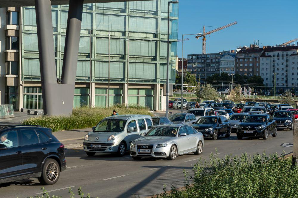 Autoverkehr auf der Oberen Donaustraße in Wien-Leopoldstadt, Donaukanal, Bürogebäude