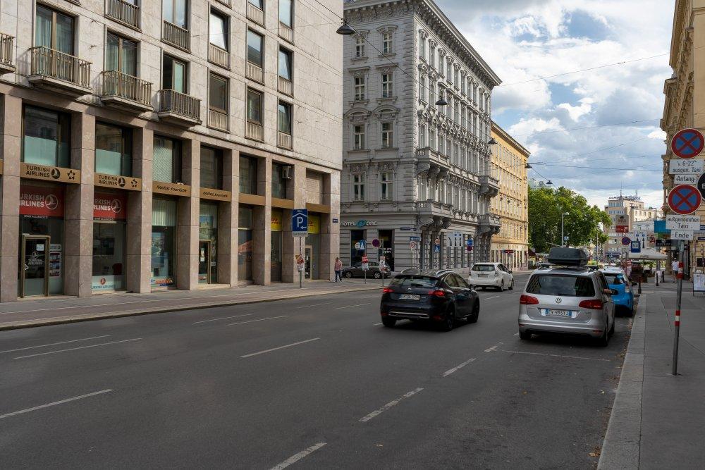 Operngasse zwischen Ringstraße und Karlsplatz: viel Platz für PKW (Foto: 2020)