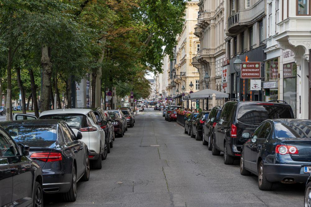 Opernring: Die Nebenfahrbahn der Prachtstraße ist ein Parkplatz. (Foto: 2020)