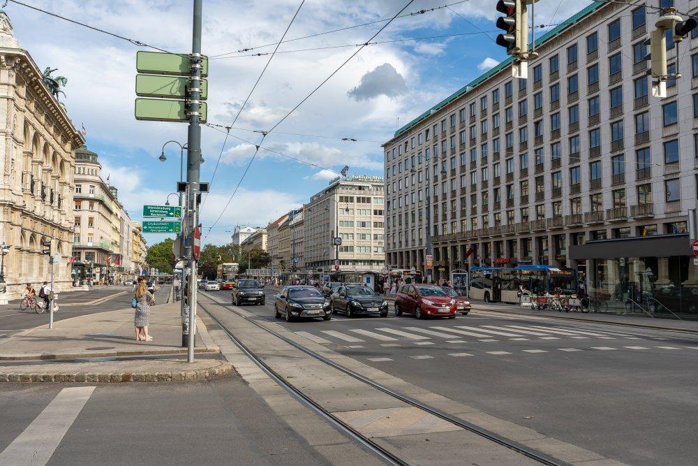 Opernring: vierspurige Straße bei der Staatsoper (Foto: 2020)