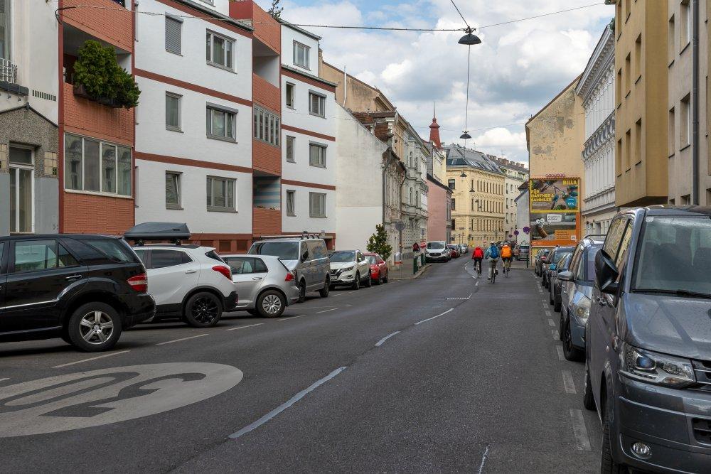 Penzinger Straße (nahe Schönbrunner Schloßpark): viel Asphalt, kein sicherer Radweg (14. Bezirk, Foto: 2020)
