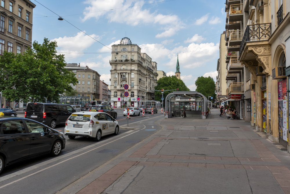 Nestroyplatz: viel Asphalt, viel Platz für PKW, keine schönen Straßenlaternen (Foto: 2020)