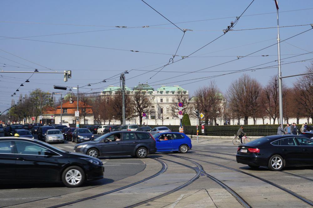 Verkehr vor dem Schloss Belvedere, Prinz-Eugen-Straße, Wiedner Gürtel, Landstraßer Gürtel, Schienen, Oberleitungen, Radfahrer, Bäume