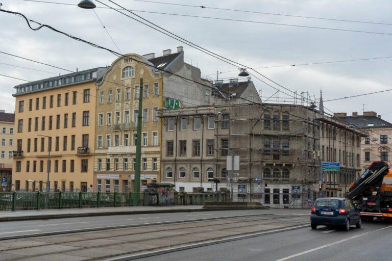 Franzensbrücke, Dampfschiffstraße, Radetzkystraße 24-26, demoliertes Dach, Gerüst, Gründerzeithäuser, Autos, Oberleitungen
