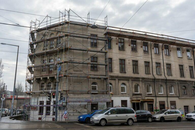 Radetzkystraße 24-26 mit fehlendem Obergeschoß, Dach und Turm, Gerüst, Autos, Oberleitungen, Wien, 1030