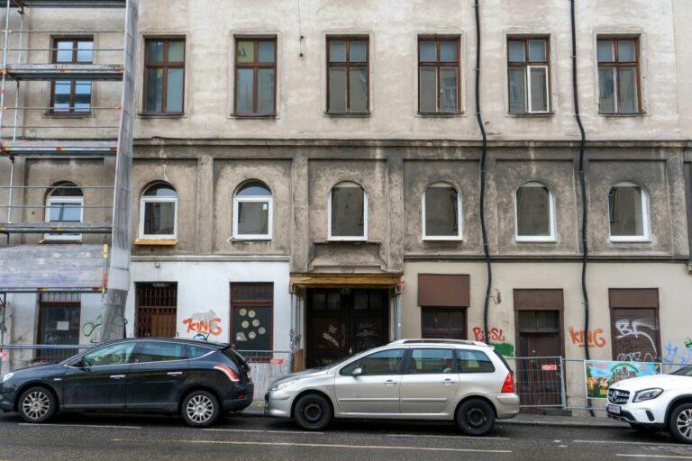Radetzkystraße 24-26 mit neuen Fenstern im 1. Stock, Wien, Landstraße, Autos, Abbruchhaus, Gründerzeithaus