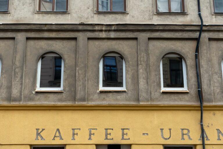 """neue Fenster über dem ehemaligen """"Kaffee-Urania"""" in der Radetzkystraße, 1030 Wien"""