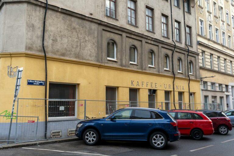 """Obere Weißgerberstraße, geschlossenes """"Kaffee-Urania"""", Abbruchhaus, Autos, 1030 Wien"""