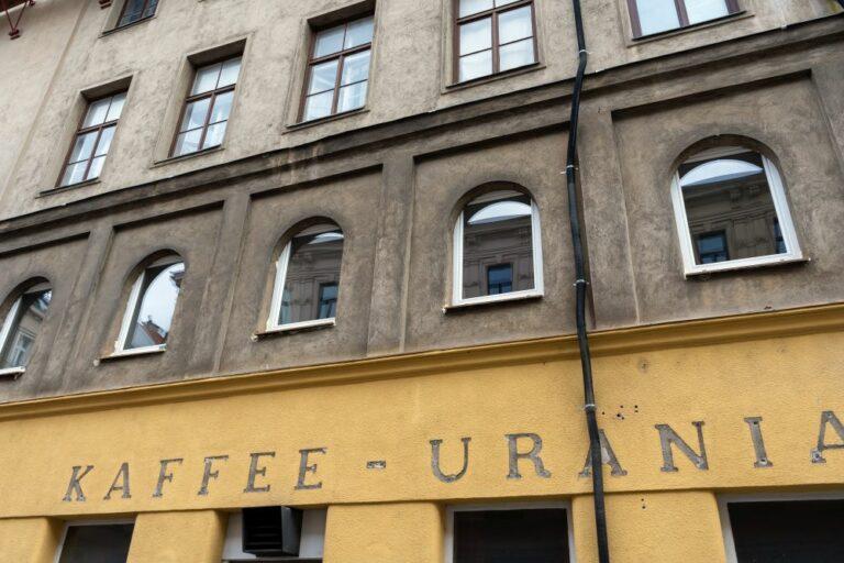"neue Fenster im ""Spekulationshaus"" Radetzkystraße/Obere Weißgerberstraße, 1030 Wien, geschlossenes ""Kaffee-Urania"""