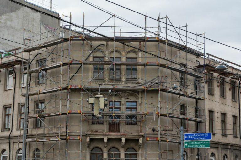 teilweise abgerissenes neugotisches Gebäude in Wien, Radetzkystraße 24-26, Architekt: Josef Kastan